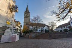 瑞士苏黎士- 2015年10月28日:圣皮特圣徒・彼得教会和秋天树,市苏黎世 图库摄影