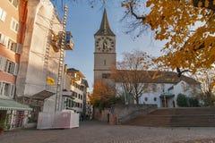 瑞士苏黎士- 2015年10月28日:圣皮特圣徒・彼得教会和秋天树,市苏黎世 库存图片