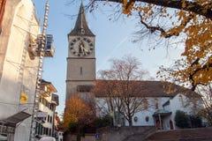 瑞士苏黎士- 2015年10月28日:圣皮特圣徒・彼得教会和秋天树,市苏黎世 免版税库存图片