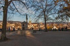 瑞士苏黎士- 2015年10月28日:市老镇日落视图苏黎世在利马特河河 图库摄影