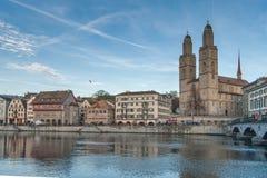 瑞士苏黎士- 2015年10月28日:日落视图Grossmunster教会在利马特河河,市苏黎世 库存照片