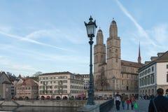 瑞士苏黎士- 2015年10月28日:日落视图Grossmunster教会在利马特河河,市苏黎世 库存图片