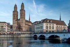 瑞士苏黎士- 2015年10月28日:日落视图Grossmunster教会在利马特河河,市苏黎世 免版税库存图片