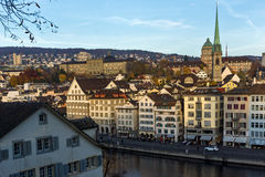 瑞士苏黎士- 2015年10月28日:苏黎世和利马特河河城市全景  免版税图库摄影