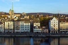 瑞士苏黎士- 2015年10月28日:苏黎世和利马特河河城市全景  库存图片