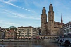 瑞士苏黎士- 2015年10月28日:Grossmunster教会在利马特河河,市苏黎世 免版税库存图片