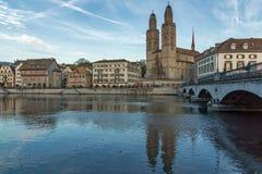 瑞士苏黎士- 2015年10月28日:Grossmunster教会在利马特河河,市苏黎世 免版税库存照片