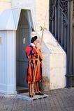 在圣皮特的大教堂附近的瑞士近卫队在罗马,意大利 免版税库存图片