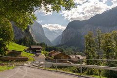 瑞士阿尔卑斯山脉lauterbrunnen村庄乡下公路 库存图片