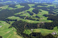 瑞士阿尔卑斯的山麓小丘 免版税库存照片