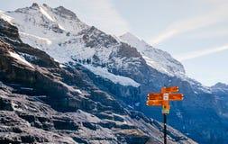 瑞士阿尔卑斯视图和供徒步旅行的小道在Eigergletscher附近的路线标志,少女峰地区,瑞士 免版税库存图片