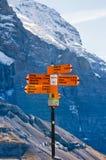 瑞士阿尔卑斯视图和供徒步旅行的小道在Eigergletscher附近的路线标志,少女峰地区,瑞士 免版税库存照片