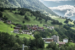 瑞士阿尔卑斯谷的村庄  免版税图库摄影