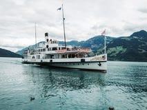 瑞士阿尔卑斯,在湖卢赛恩的瑞士轮渡 免版税图库摄影