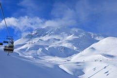瑞士阿尔卑斯:对冬季体育区域Weisfluhjoch的滑雪电缆车在达沃斯Parsenn 免版税库存照片