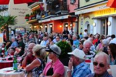 瑞士:阿斯科纳爵士节的伟大的气氛在小行政区提契诺州的 免版税库存图片