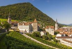 瑞士-库尔-塔、屋顶、教会和Ch城镇厅  图库摄影