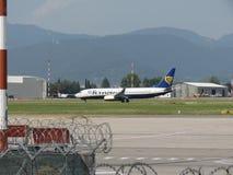 瑞安航空公司乘出租车在奥廖阿尔塞廖的波音737-800 库存图片