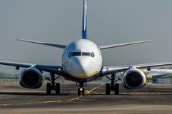 瑞安航空公司关闭在跑道的鼻子 库存照片