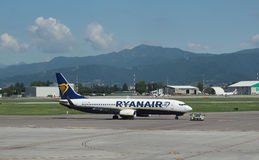 瑞安航空公司在贝加莫737-8AS停放的波音奥廖阿尔塞廖 库存照片
