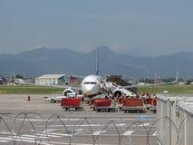 瑞安航空公司波音737-800搭乘在奥廖阿尔塞廖 库存照片