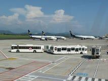 瑞安航空公司航空器和乘客梭 库存照片