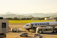 瑞安航空公司航空器在贝加莫机场 免版税图库摄影