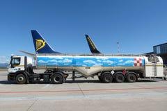 瑞安航空公司航空器波音737-800和罐车 免版税图库摄影