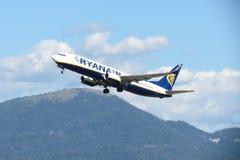 瑞安航空公司航空器波音737-800 免版税图库摄影