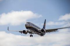 瑞安航空公司飞机在兰萨罗特岛海岛上的波音737-800着陆 免版税库存照片