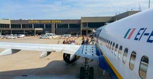 瑞安航空公司飞机在希罗纳肋前缘Brava机场-巴塞罗那/西班牙- 2016年10月12日 库存照片