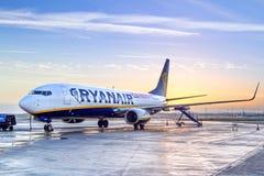 瑞安航空公司飞机在日出的都伯林机场 库存图片
