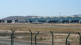 瑞安航空公司飞行在阿利坎特机场 股票录像