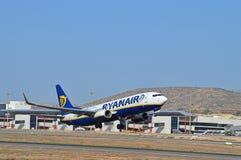 瑞安航空公司飞行离开跑道-阿利坎特机场 库存照片