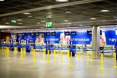瑞安航空公司登记书桌 库存照片
