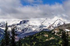 瑞尼尔山在云彩覆盖了 库存照片
