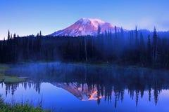瑞尼尔山- Reflection湖 免版税库存图片