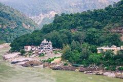 瑞诗凯诗,印度:2013年10月4日-甘加河在瑞诗凯诗,瑜伽资本 免版税库存照片