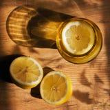 玻璃、柠檬和阴影 库存照片