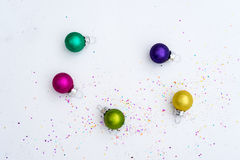 玻璃与五彩纸屑的圣诞节装饰暗淡颜色 库存图片