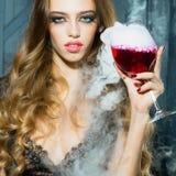 玻璃俏丽的酒妇女 免版税库存照片
