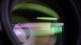 玻璃元素的看法在摄象机镜头的 在黄灯下的宗旨 掀动转移用途 股票视频