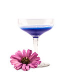 玻璃充分与蓝色鸡尾酒和一朵桃红色花在白色背景 免版税库存图片