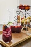 玻璃充满冰冷的刷新的红色桑格里酒 库存图片