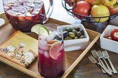玻璃充满冰冷的刷新的红色桑格里酒 库存照片