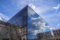 玻璃入口到在Mont des艺术的方形的布鲁塞尔会议中心里 免版税库存照片