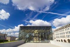 玻璃入口到方形的布鲁塞尔会议中心里在历史Mont des艺术地区 免版税库存图片