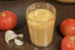 玻璃刷新的gazpacho,其中一西班牙美食术主导的方次数  库存照片