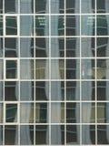 玻璃办公室Windows和反射 免版税库存照片