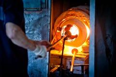 玻璃吹制熔炉。traditiona技术玻璃吹制 免版税图库摄影
